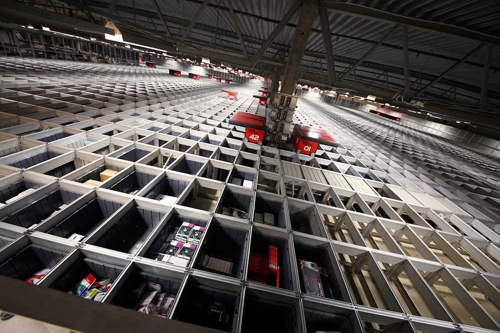 Logistikksystemet til komplett.no domineres av disse robotbilene, som kjører rundt og henter varer så fort det kommer inn bestilling på nettet. Nå skal Komplett eksportere teknologien ut til Europa.