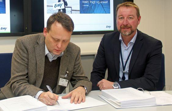 Her signeres Øivind Høines nettskyavtalen mellom NDLA og Evry. Til høyre Baard Muhlbradt.