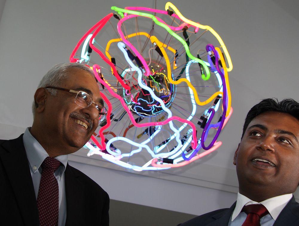 Den indiske IT-giganten Tech Mahindra etablerer kontor i Norge, men Norgessjef Gaurav Gupta (t.h.) og konserndirektør på forretningsutvikling, Manoj Chugh skal ikke konkurrere på pris.