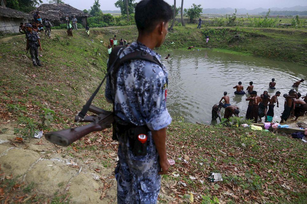 Myndighetene i Myanmar vil ikke at sannheten om hvordan rohingya-minoriteten har det, skal komme ut, mener menneskerettsaktivisten Matthew Smith fra organisasjonen Fortify Rights. Bildet viser båtflyktninger som er innlosjert på en skole i Maungdaw i delstaten Rakhine.