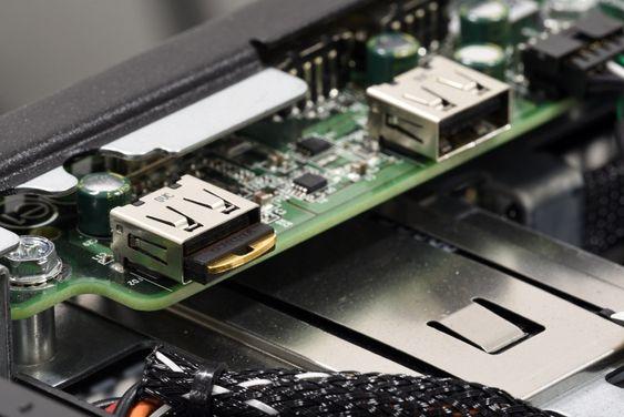 Sikkerhetsmodulen YubiHSM v1.5 montert i en USB-port i en server.