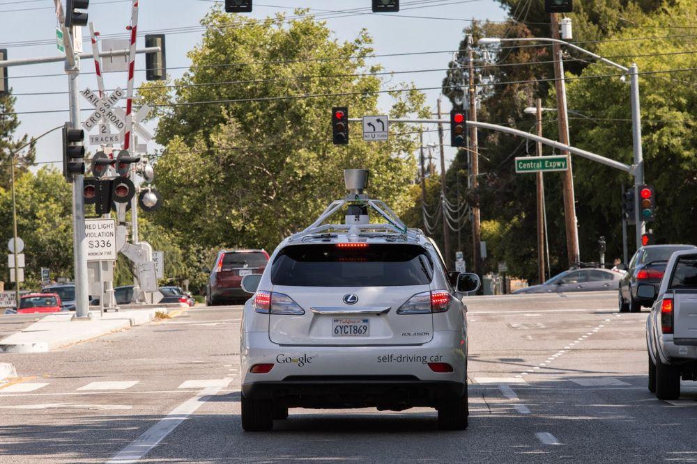 Googles selvkjørende bil. 20 slike ruller på amerikanske veier, stort sett i byene, og samler inn enorme mengder data.