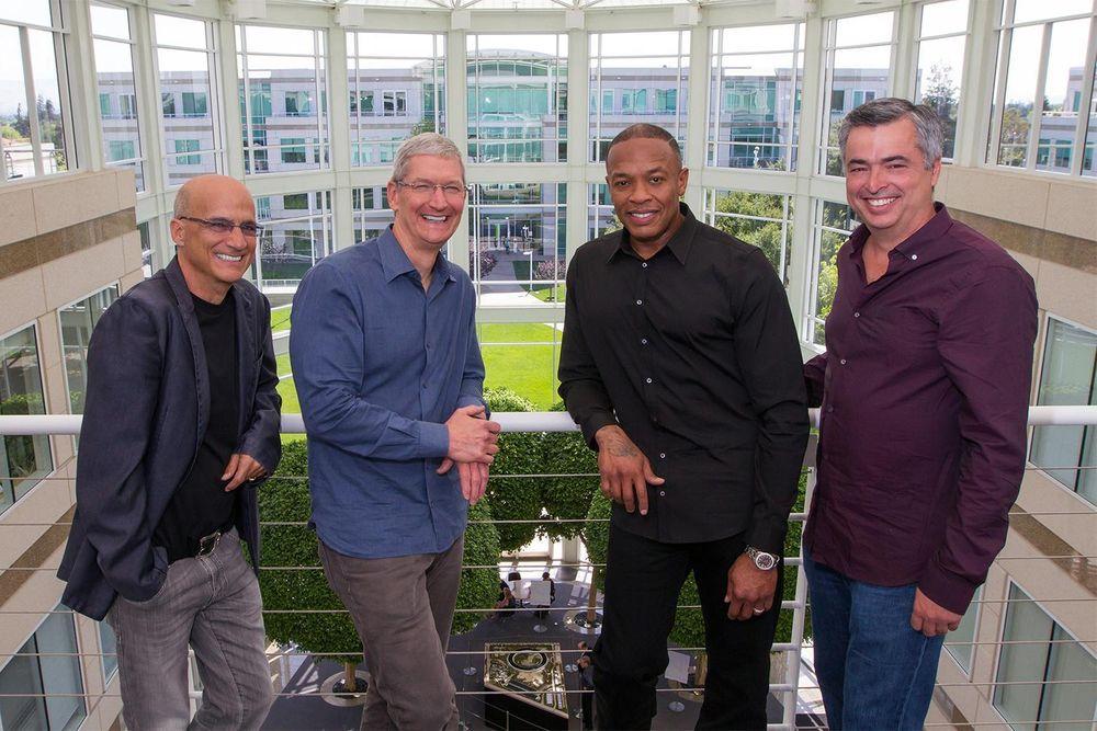 Beats-basert musikktjeneste vil lanseres i løpet av juni, skriver nettstedet 9to5mac. Her står Apple- og Beats-sjefene samlet.