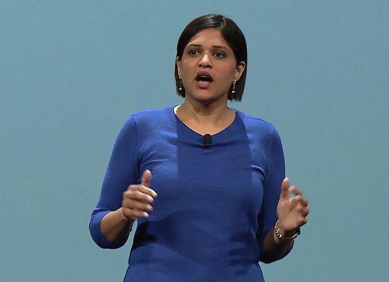 Produktsjefen for Google Now, Aparna Chennapragada, mens hun presenterte nyhetene på torsdagens konferanse.
