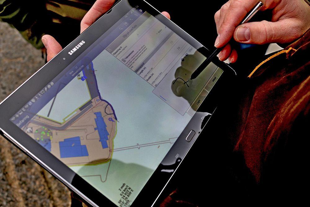 Nettbrett og mobil erstatter penn, papir og løse kart under kartlegging av akutt forurensning langs kysten.