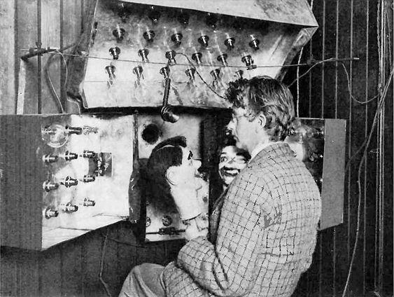 John Logie Baird demonstrerer sitt televisor-utstyr i 1925.
