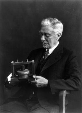 Thomas A. Watson med Bells originale telefon