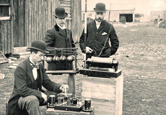 Ingeniører ved British Post Office inspiserer Marconis trådløse telefon-utstyr under en demonstrasjon på Flat Holm Island i 1895.