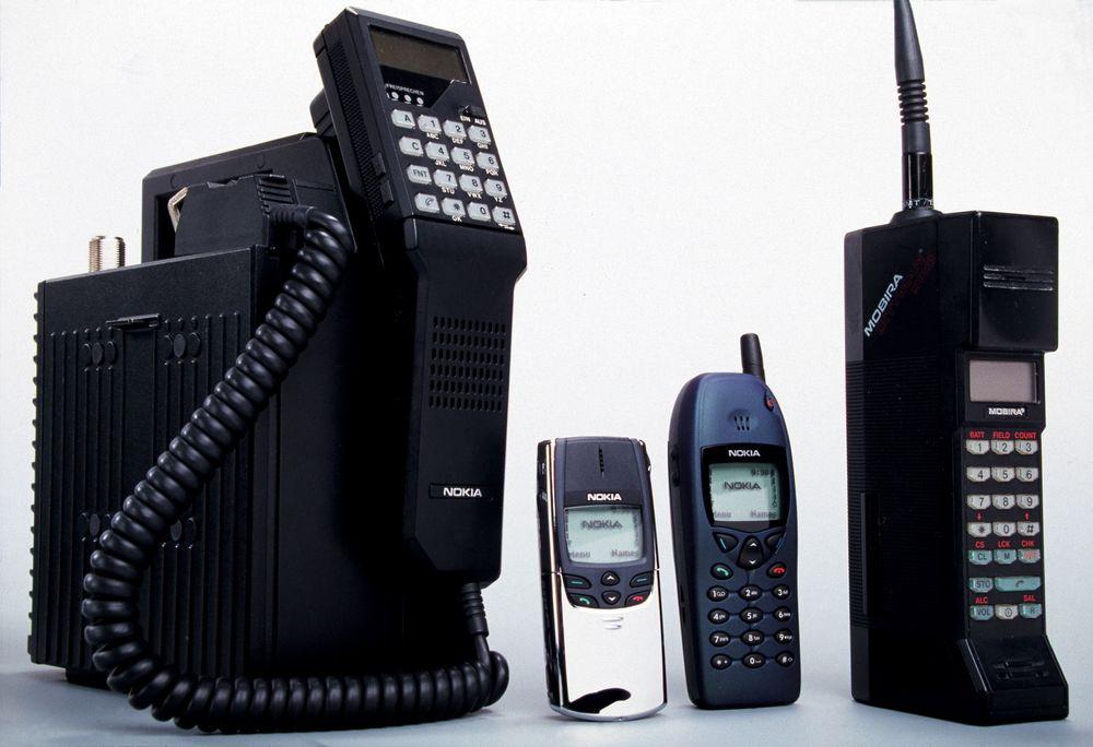 Mobiltelefonene Mobira Talkman (1984), Nokia 8810 (1998), Nokia 6110 (1997) og Mobira Cityman (1987).