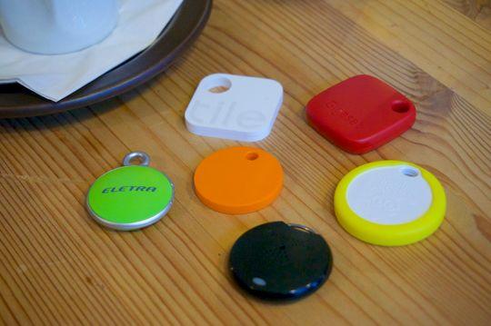 Alle brikkene samlet. Chipolo (oransje) og Eletra Bluetooth Tracker (grønn) er omtrent på størrelse med en 20-kroning, men ingen av brikkene er – som du kan se – spesielt store.