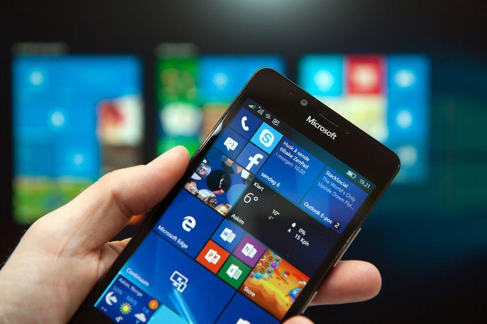 Det er lenge siden forrige Windows-mobillansering fra Microsoft, men selskapet lover at de ikke har gitt opp satsningen. Bildet viser Lumia 950, som kom i fjor.