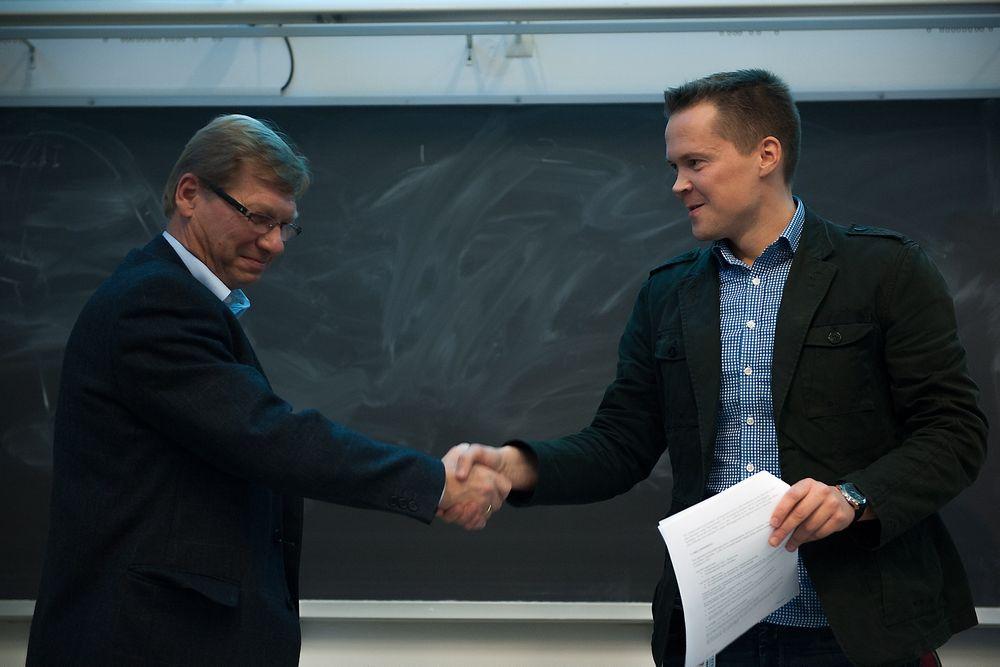 Forskningssjef Stein Grinaker ved FFI, til venstre, og instituttleder Morten Breivik ved Instiutt for teknisk kybernetikk, NTNU som  undertegnet en rammeavtale for samarbeid mellom FFI og NTNU innen autonome og ubemannede systemer