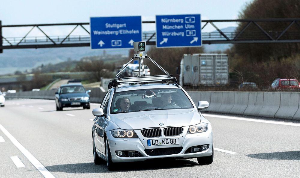 Tester førerløst: BMW, Audi og andre har lenge testet ut førerløse biler i samarbeid med Bosch. Sensoren på taket er en lasersensor som arbeider uavhengig av de andre kamera- og radarsystemene. Det betyr at det ene systemet kan overta for det andre om det skulle skje en teknisk svikt. En menneskelig fører med et illebefinnende har ingen slik backup.