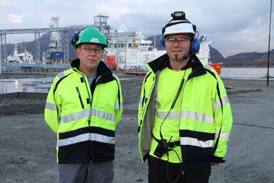 Fabrikkdirektør Claes Jonermark til venstre og vedlikeholssjef Jan Åge Kløften ved Marine Harvest sin fiskefôrfabrikk på Valsneset i Bjugn