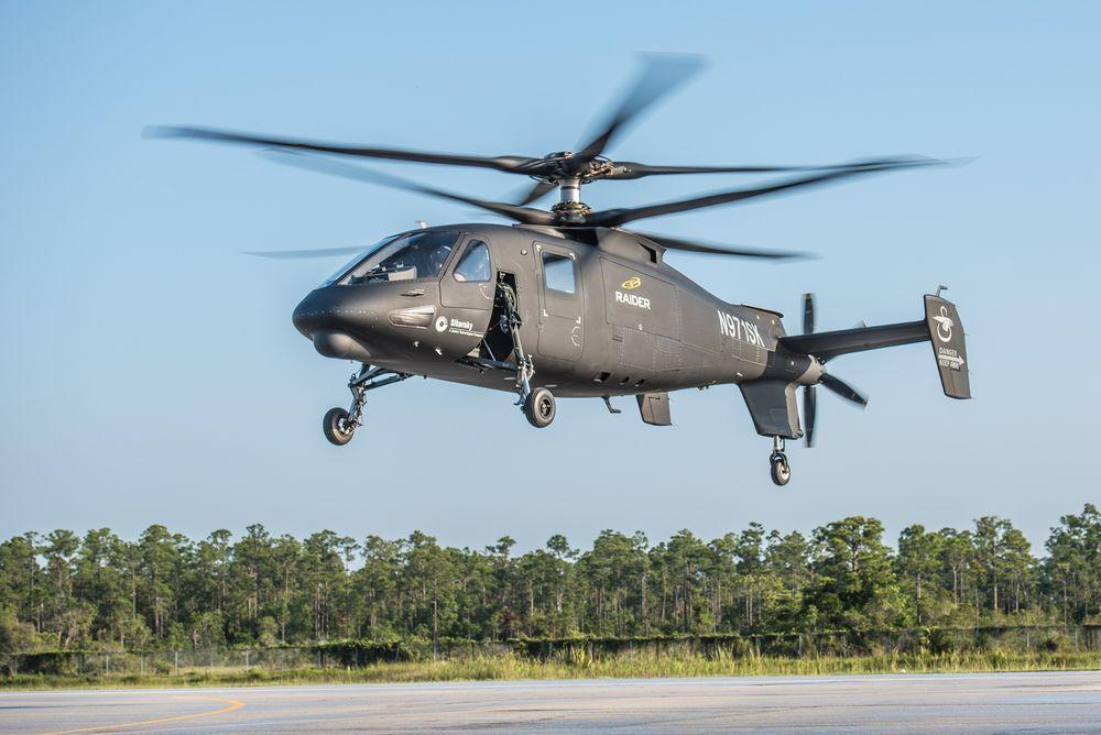 Her er S-97 Raider i lufta for første gang, i hover over Sikorskys testanlegg i Florida.