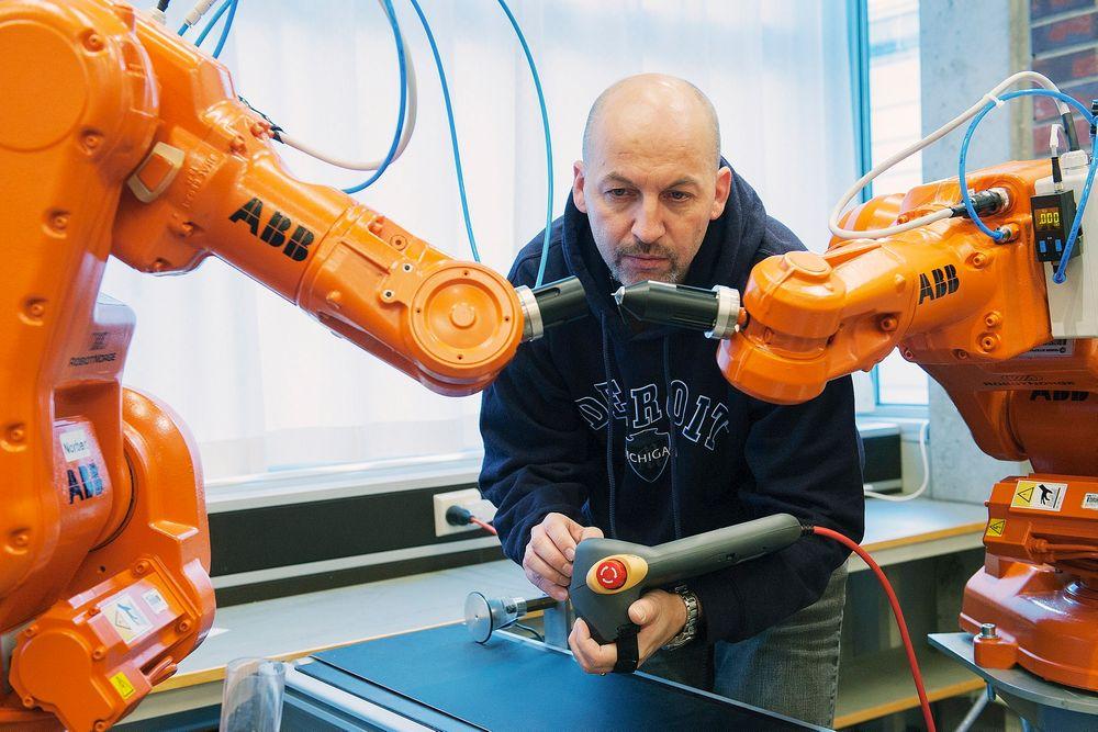 ABB-forsker Morten Mossige har utarbeidet et automatisk testverktøy for programmene som styrer lakkeringsroboter.⇥Foto: ABB