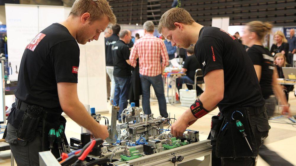 Gullvinnerne Petter Rustad til venstre og Sindre Hellingsrud løste alle oppgavene til tross for hard tidspress under yrkes-nm 2014 i Trondheim.
