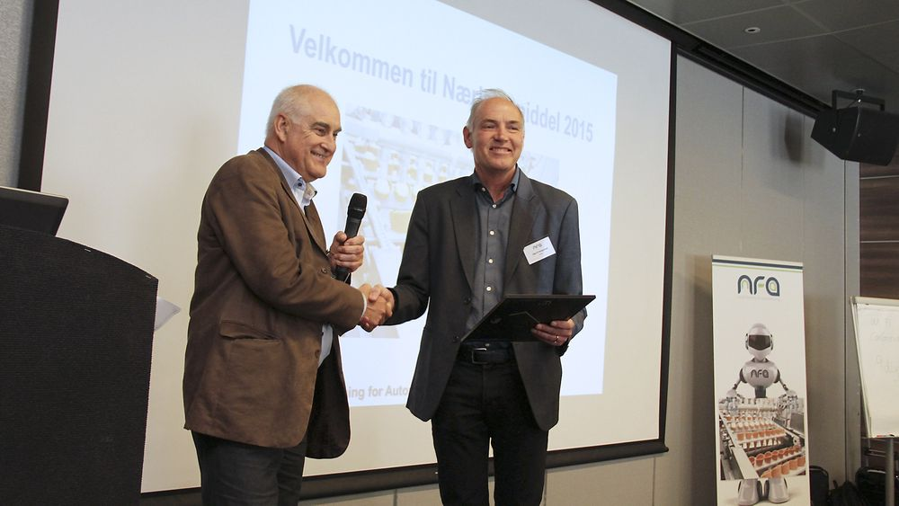 Administrerende direktør i NFA, Lars Annfinn Ekornsæter, til venstre i bildet, utnevner professor Sigurd Skogestad til æresmedlem i NFA.
