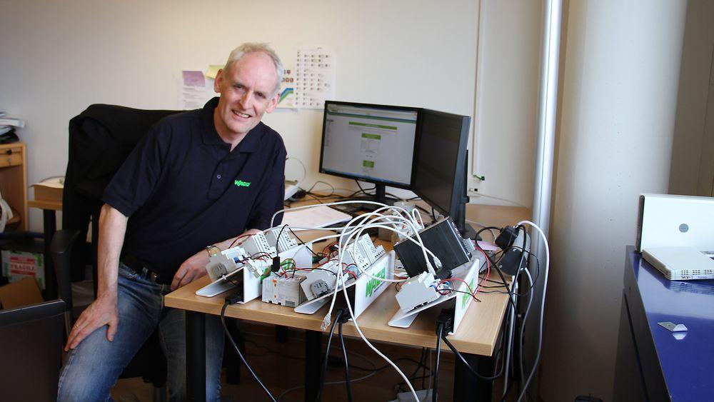 Leif Kjell Midbøe, daglig leder i Wago Norge, foran et tilsynelatende kaotisk bord med en prototyp av selskapets nye løsning for redundans. Denne ble vist på Nor-Shipping.  Foto: Joachim Seehusen