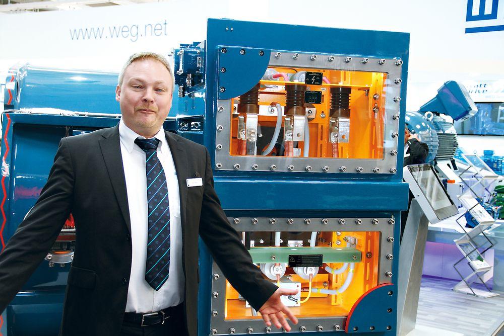 Dan Tolstrup, salgsdirektør for WEG Scandinavia på Hannovermessen 2015, foran en av selskapets større motorer.
