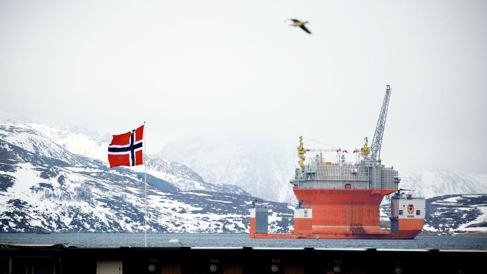 Goliat ankommer Hammerfest, foran Melkøya. Nå går Ifea og NFA sammen om å bygge nettverk i nord. Foto: Eirik Helland Urke