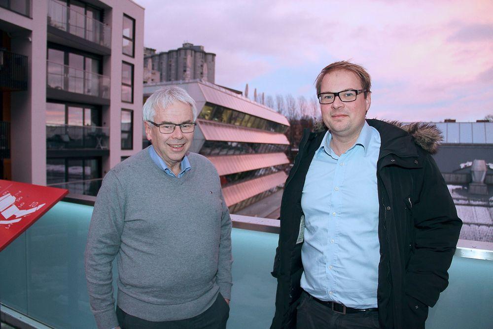 Teknisk direktør Dagfinn Godell, til venstre, og Isak Oksvold, direktør for miljø og samfunnsansvar, foran Bellonabygget. Det var Norges første A-bygg da det åpnet i 2011, med levert energibehov på 69 kWh/m².