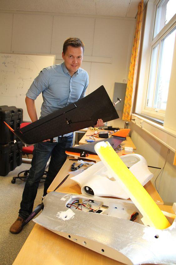 Instituttleder Morten Breivik, institutt fo rteknisk kybernetikk NTNUUAV-laboratorium