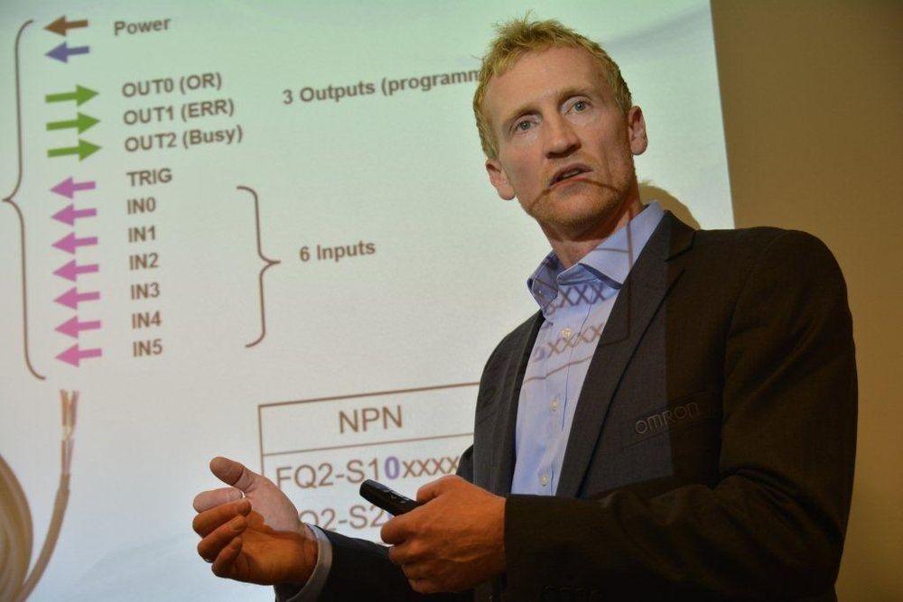 Geir Forsetlund har maskinsyn for kvalitetskontroll på hjernen, og viser frem en modell med flere digitale utganger for ulike inspeksjoner som foretas parallelt.
