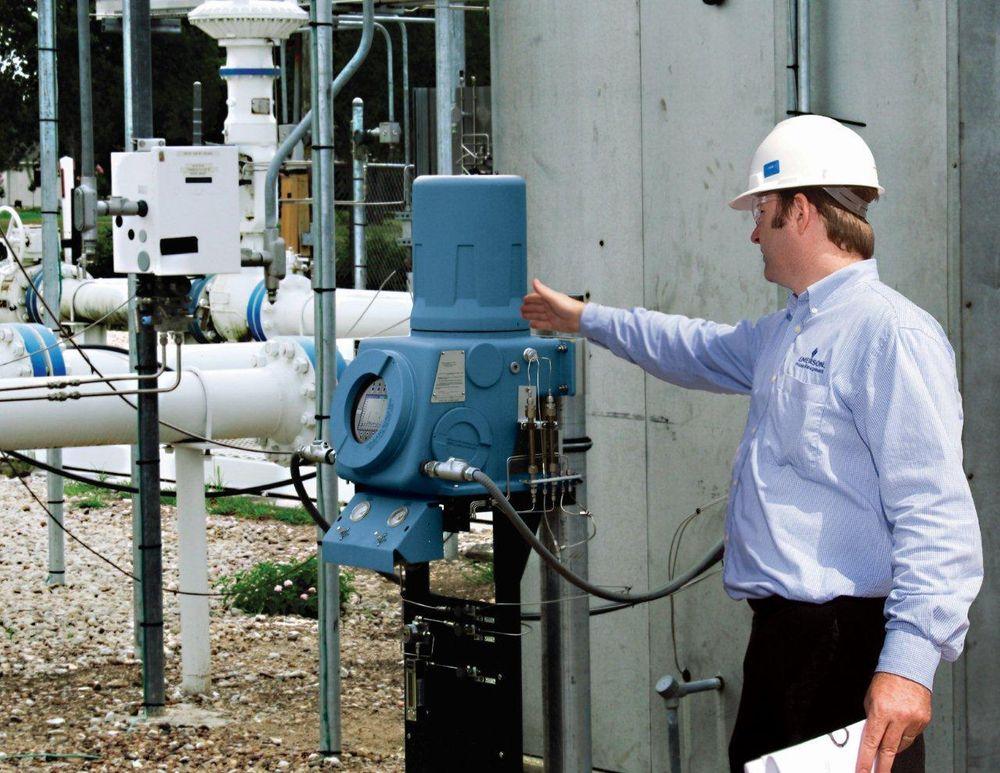 Gasskromatografen tar inn gassprøver med kjente komponenter, separerer dem og måler konsentrasjonen til de enkelte, separerte gasskomponentene (Ill. Emerson Process Management).