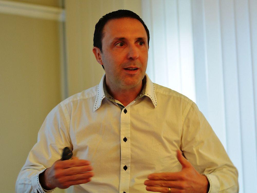 Michael Desloges hos GE Intelligent Platforms slår et slag for DCS-løsninger framfor PLS og Scada.