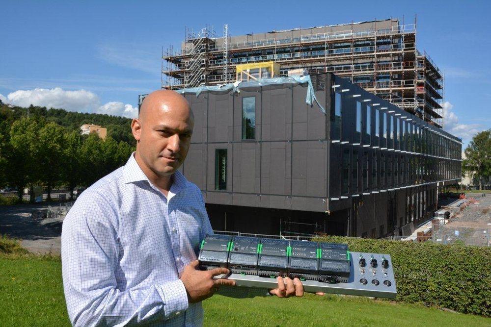 Avdelingsleder Nariman Fakhreaee presenterer den nye automatiseringsserveren med en håndfull I/O-moduler foran selskapets kommende hovedkontor på Ryen i Oslo.