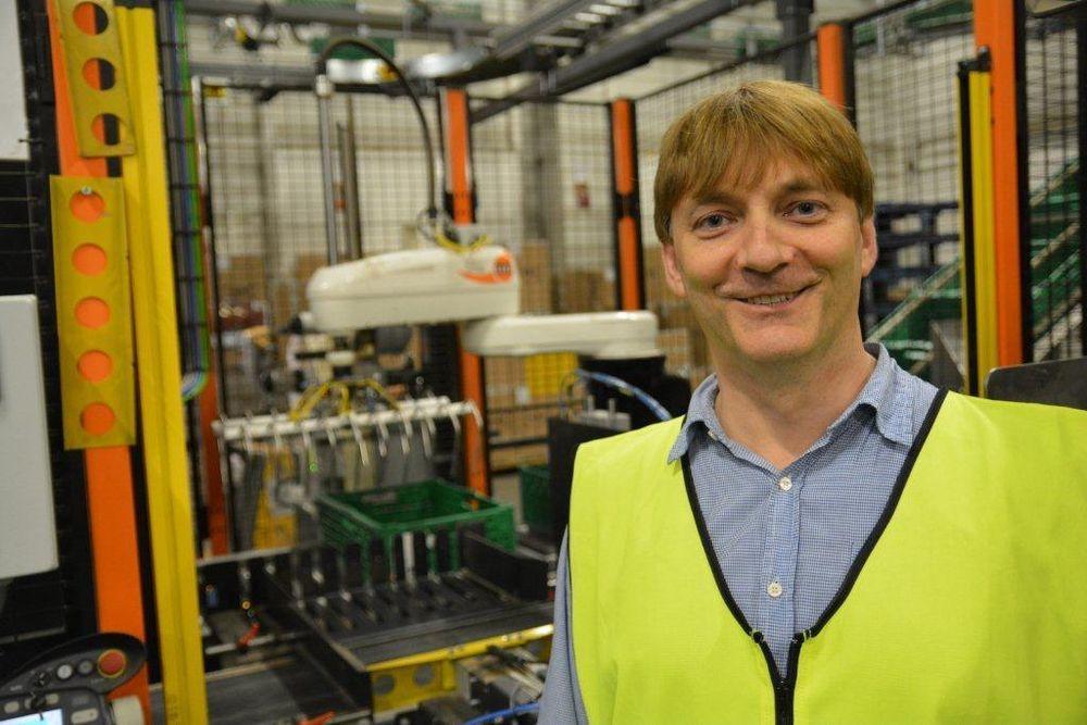 Daglig leder Elling Ødegaard forteller at ti nye roboter og ordrestyrt produksjon gjør susen på Hvebergsmoen Potetpakkeri.