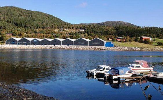Bygningene med grunnflate 12 500 m² ligger i flotte omgivelser og gir fine assosiasjoner til båtnaust.