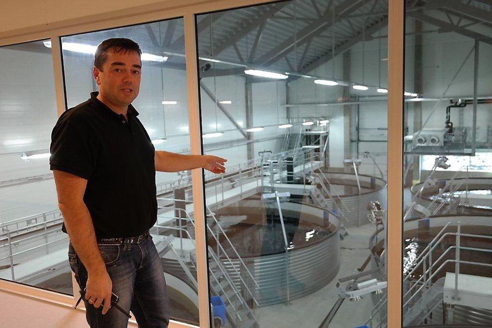 Erik Daaland viser de største tankene for fisk som snart er leveringsklar. En vandring gjennom besøksgalleriet med vinduer til alle delprosesser gir en god innføring i hvordan et topp moderne settefiskanlegg fungerer.