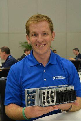 Doug Farrell hos National Instruments viser fram den robuste I/O-modulen som kan 70 forskjellige I/O- og kommunikasjonskort.