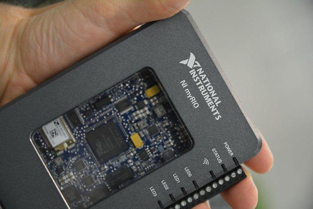 Studenthøsten er i gang: Kontrolleren National Instruments MyRIO stiller med I/O og integrert akselerasjonssensor og trådløst nettverk, og kjører Linux RT. Det kan programmeres med Labview eller C/C++.