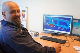 Operatør og offline-programmerer Geir Robert Aakvik legger nye sveisebaner på en snøfreser med programmet Delmia V5 fra Delfoi. Gode visuelle fremstillinger på skjermen av utstyret slik det står på gulvet, letter arbeidet og gir god kvalitetssikring under offline-programmeringen.