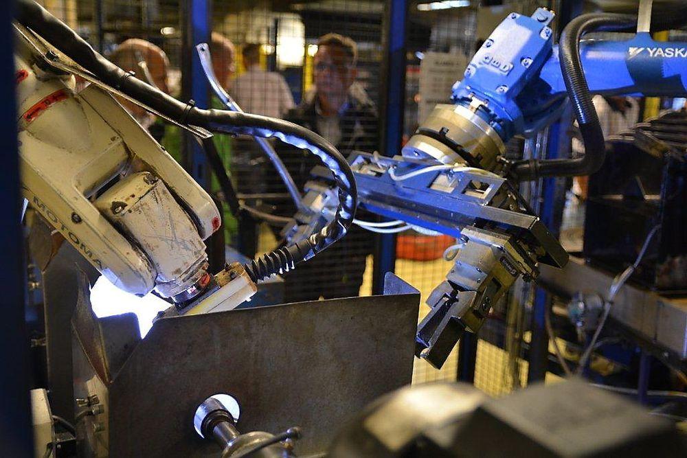 Robotene stortrives med sveiseoppgavene, en robotassistent sørger for å levere og hente arbeidsstykkene.