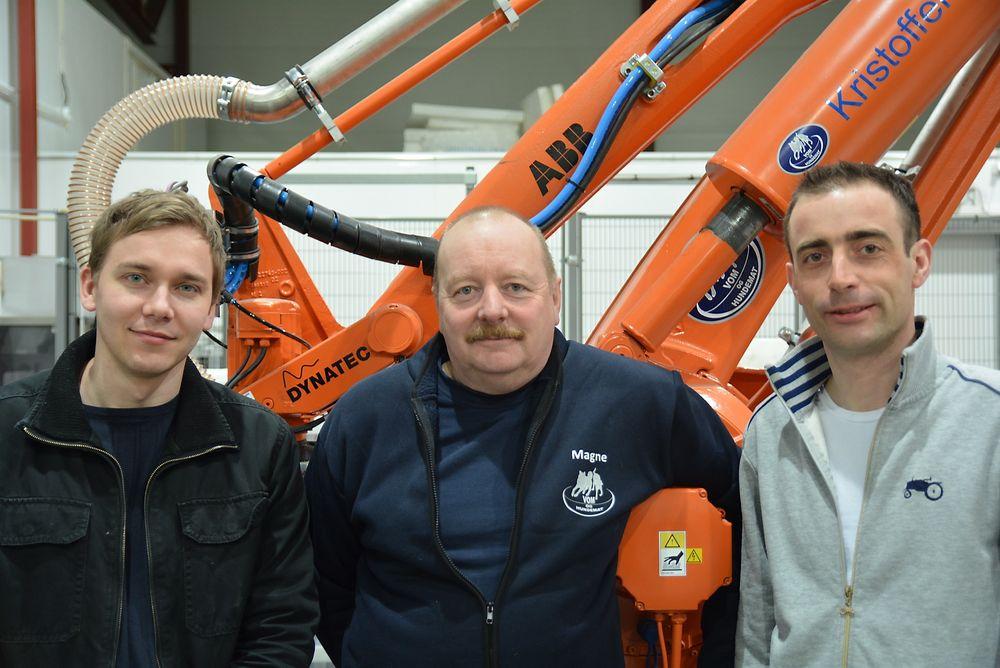 Stolt trio: Pølsemaker og daglig leder i Vom og Hundemat, Magnus Østby, flankeres av programmerer Bendik Eide (t.v.) og prosjektleder Joakim Sjödin, begge fra leverandøren Dynatec.