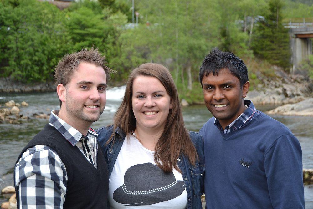 Avgangsstudentene Martin Book, Kristine Gravdal, og Dennik Gnananantham har demonstrert at industrielt styringsutstyr kan benyttes for styring i kraftverk.