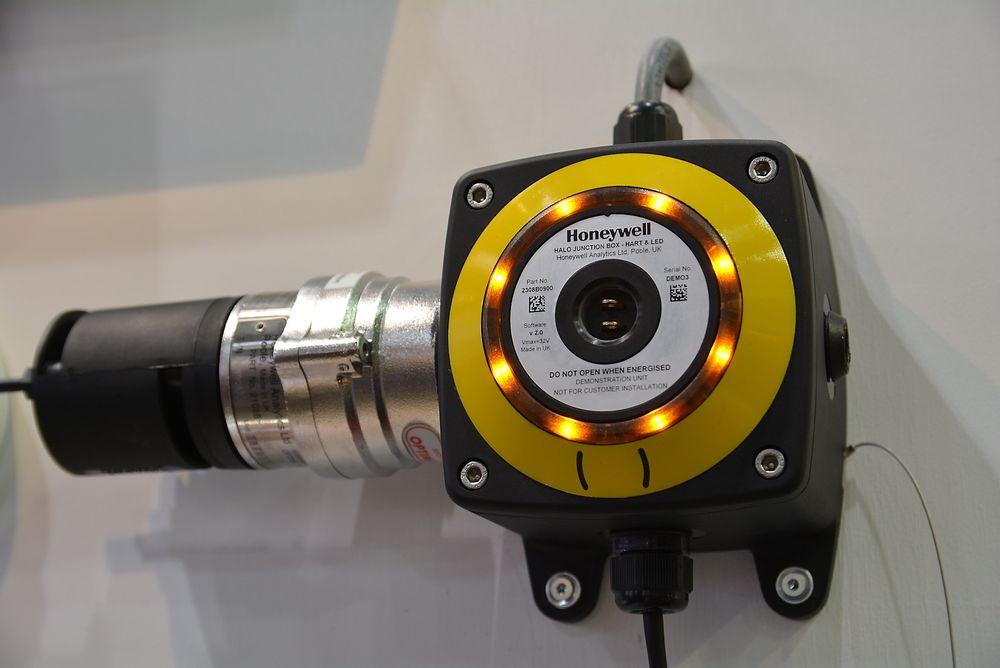Transmitter for gassdetektor med blinkede lys i ulike farger hos Holta & Håland Safety.