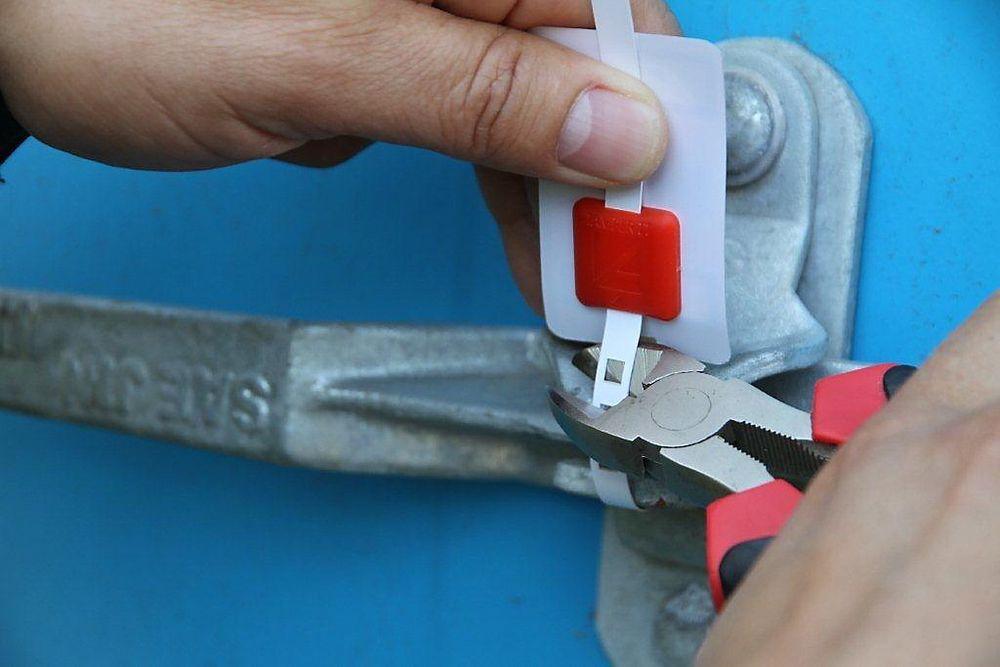 Elektronisk vaktbikje: Batterifri RFID-brikke detekterer innbrudd i containere og annet låst utstyr.
