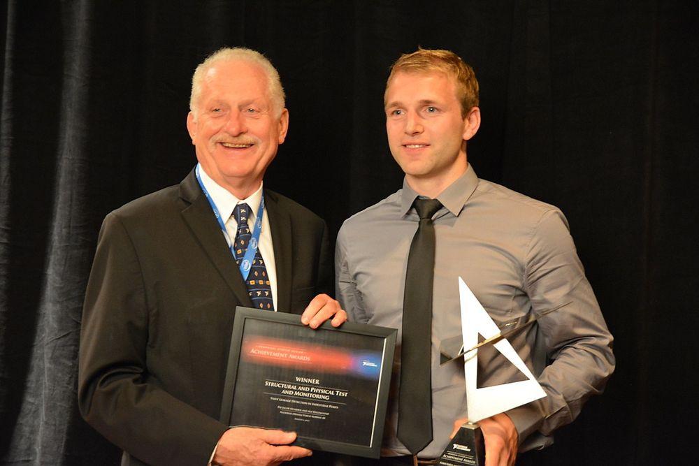 National Oilwell Varcos Pål Jacob Nessjøen (t.h.) med prisen og National Instruments grunnlegger og toppsjef, Dr. James Truchard.