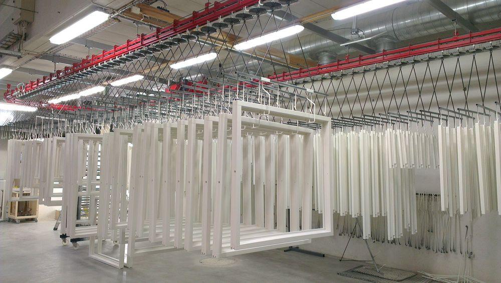 RFID styrer sprøytemaling med roboter av vinduer hos Lillerønning Snekkerfabrikk.
