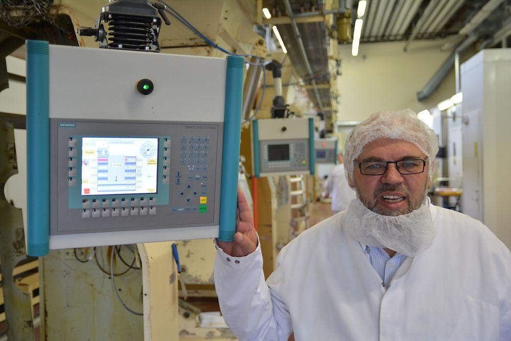 Senior prosjektleder Odd Leif Sjølie har vært med å skaffe sjokoladefabrikken en suveren styring, som borger for sikker produksjon.