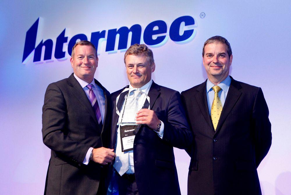Jan Erik Evanger (midten) mottar Intermecs pris som RFID-spesialt Partner i Europa, Midtøsten, India og Afrika.