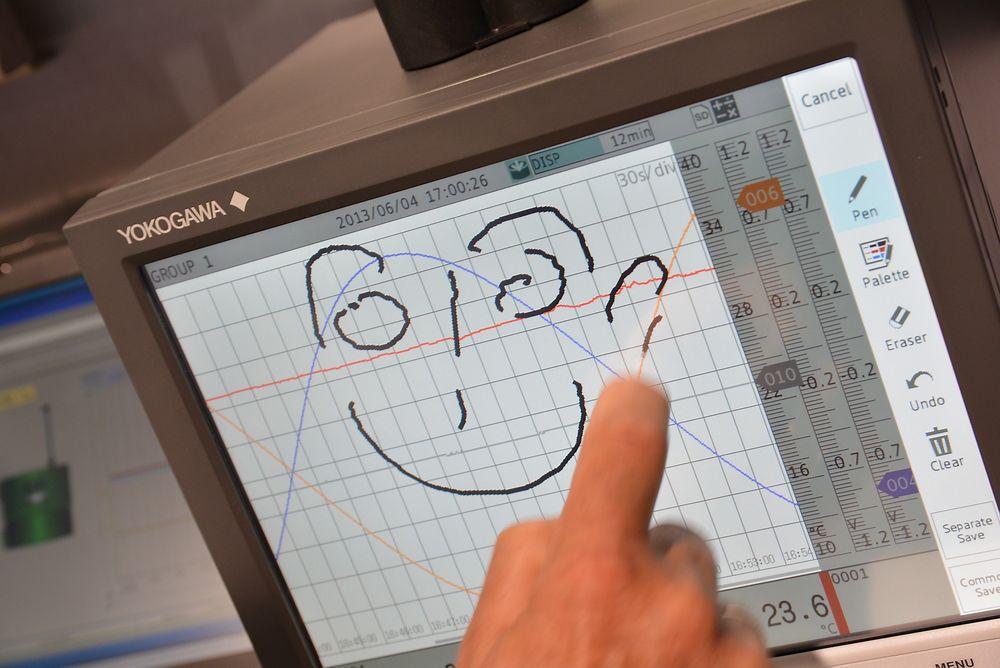 Ny papirløs skriver fra Yokogava hos Leif Kølner Ingeniørfirma, som gjerne tar med en signatur eller andre krusseduller på skjermen.
