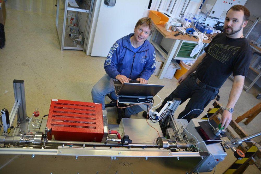 Bjørn Morland (t.v.) og Tommy Nordby demonstrerer måleriggen, som skal avdekke eventuell forurensing i CO2-strømmen under transport.