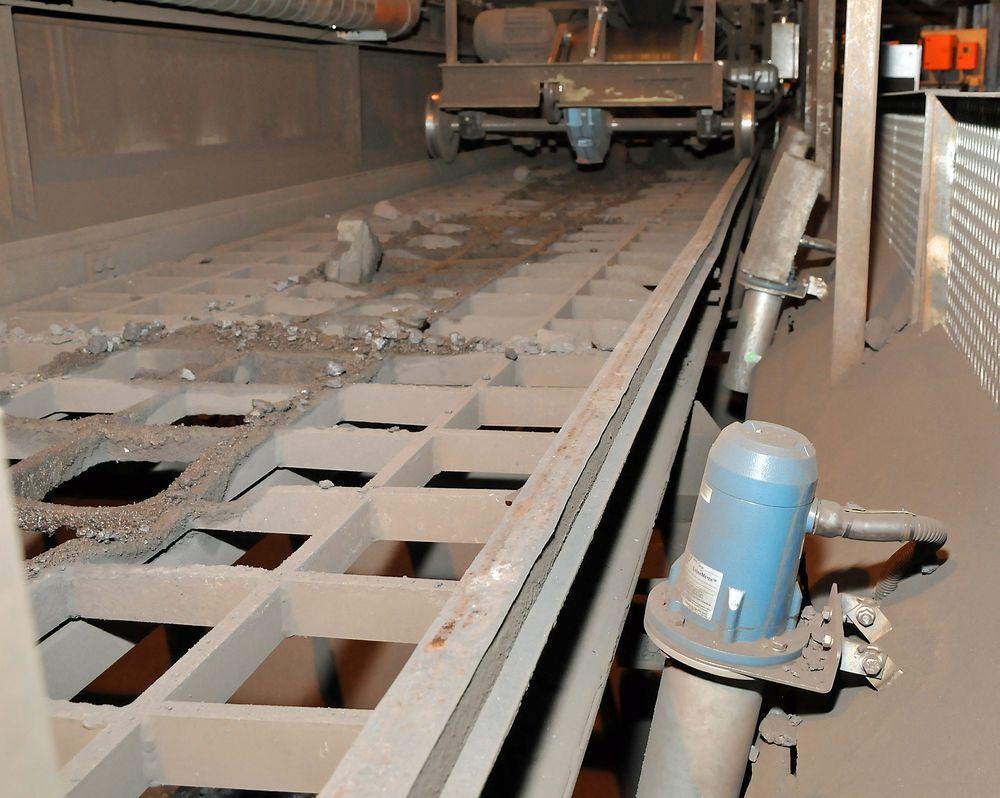 Laser nivåmålere kan klare brasene på utfordrende tørrstoffmålinger der ultralyd og radar må melde pass. Her fra innmatingssiloene på en smelteovn.