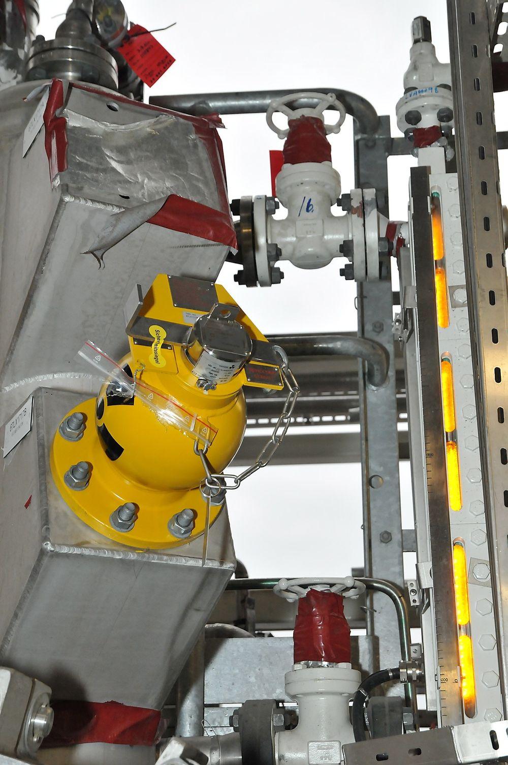 Gammamålere gjør ofte jobben for olje- og gasseparatorer, gjerne i parallell med nivåglasset til høyre.